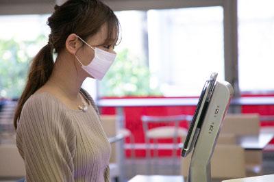 入館時にAI顔認証体温測定装置で検温を行います。